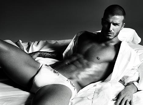 Komedyen James Corden, Heat dergisi için, geçen sene David Beckham'ın Armani için poz verdiğin bu fotoğrafını birebir taklit etti..